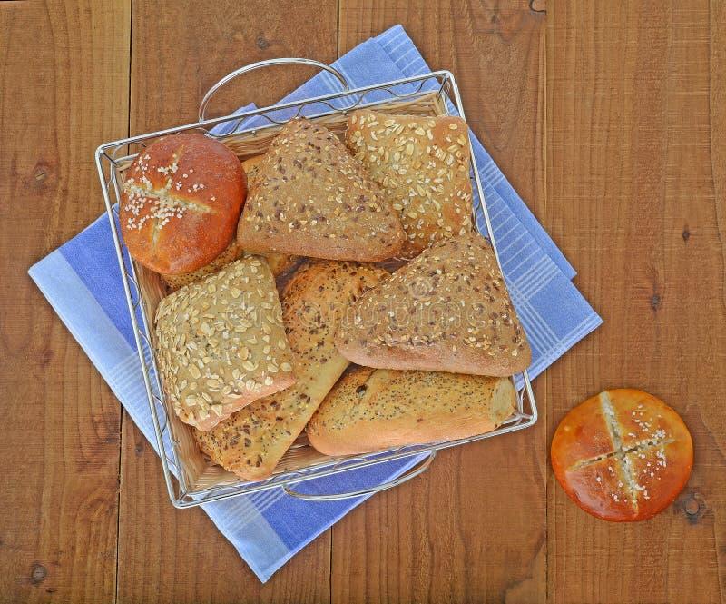 Rollos de pan en cesta imágenes de archivo libres de regalías