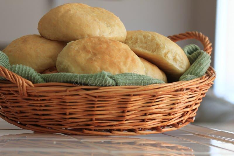 Rollos de pan hechos en casa de levadura en una cesta imagen de archivo libre de regalías
