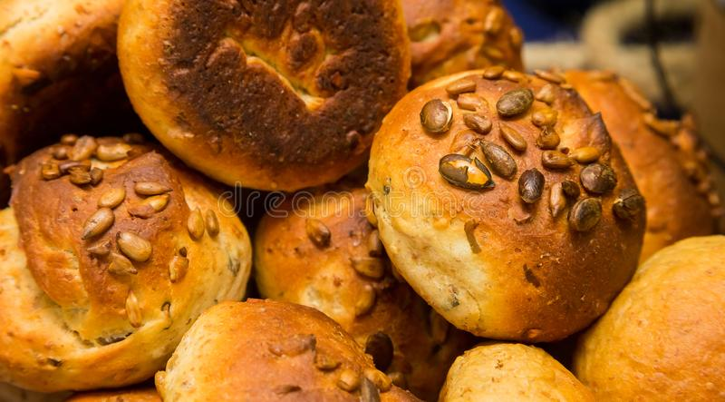 Rollos de pan marrón del trigo integral en el evento de la comida campestre del festival de primavera imágenes de archivo libres de regalías