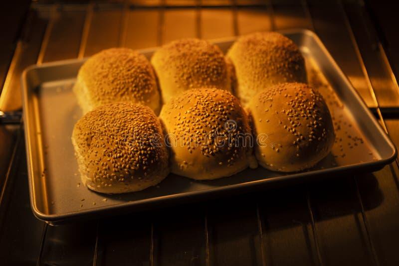 Rollos de pan recientemente cocidos en un horno imagen de archivo