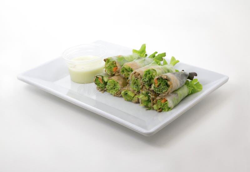 rollos de primavera de la ensalada de atún imagenes de archivo