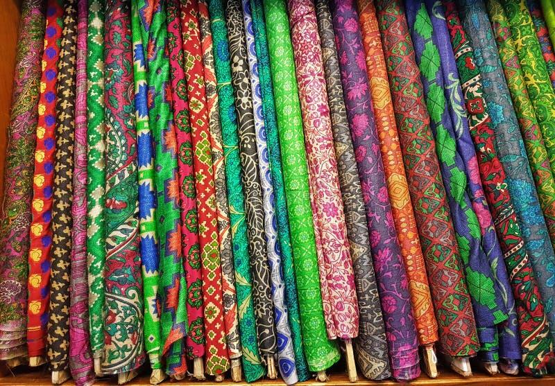 Rollos de seda finos texturizados coloridos del paño fotografía de archivo libre de regalías