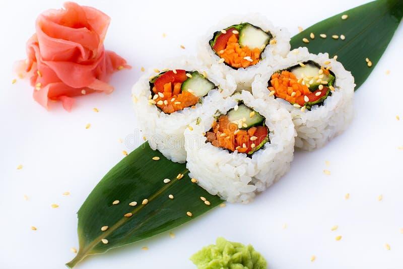 Rollos de sushi apetitosos con con las verduras en un fondo blanco Comida japonesa Rodillos vegetarianos Aislado Rollos de sushi  imagenes de archivo