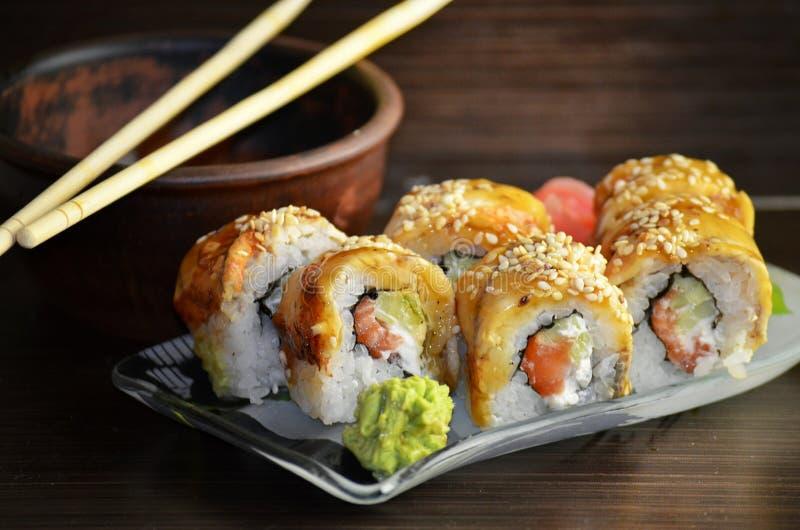 Rollos de sushi con la anguila fotos de archivo