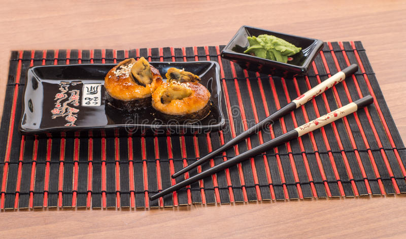 Rollos de sushi con los palillos fotografía de archivo