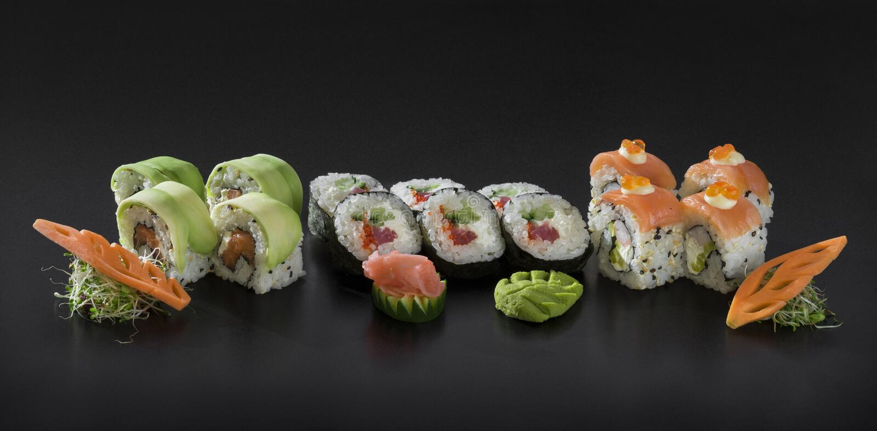 Rollos de sushi de Uramaki y de Hosomaki fotografía de archivo