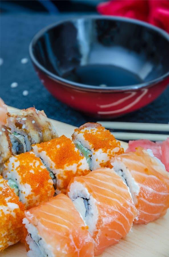 rollos de sushi - entrega asiática del restaurante de la comida imagen de archivo
