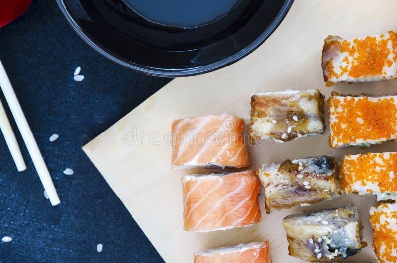 rollos de sushi - entrega asiática del restaurante de la comida fotos de archivo