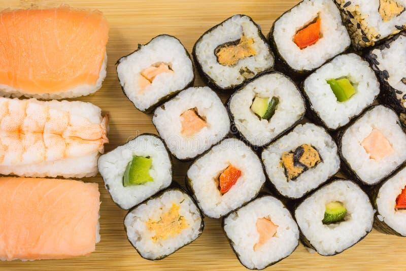 Rollos de sushi mezclados fotos de archivo libres de regalías