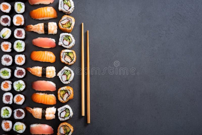 Rollos de sushi y fondo del nigiri imagen de archivo