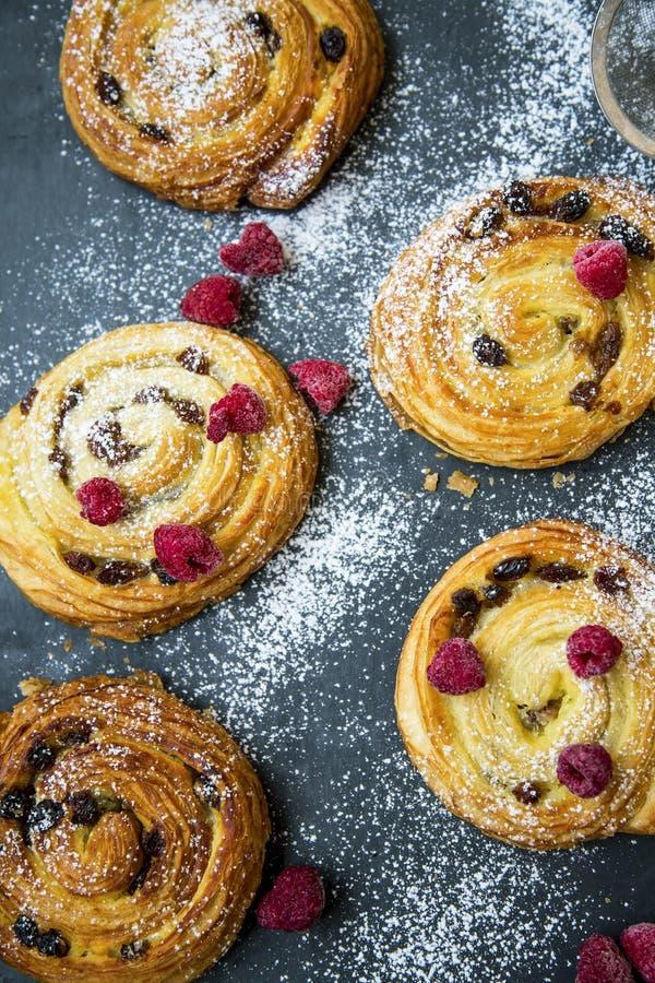 Rollos del bollo de los pasteles franceses con las pasas, la vainilla y las frambuesas Pasas y vanille aux., primer fresco del do fotografía de archivo libre de regalías