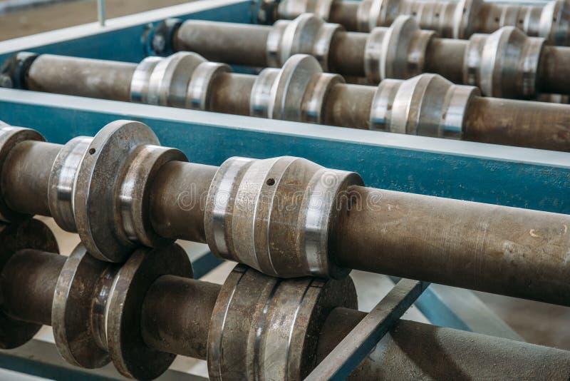 Rollos del metal del rollo que forman la máquina cercana para arriba en la fabricación de la fábrica o de la trabajo de metaliste imagen de archivo