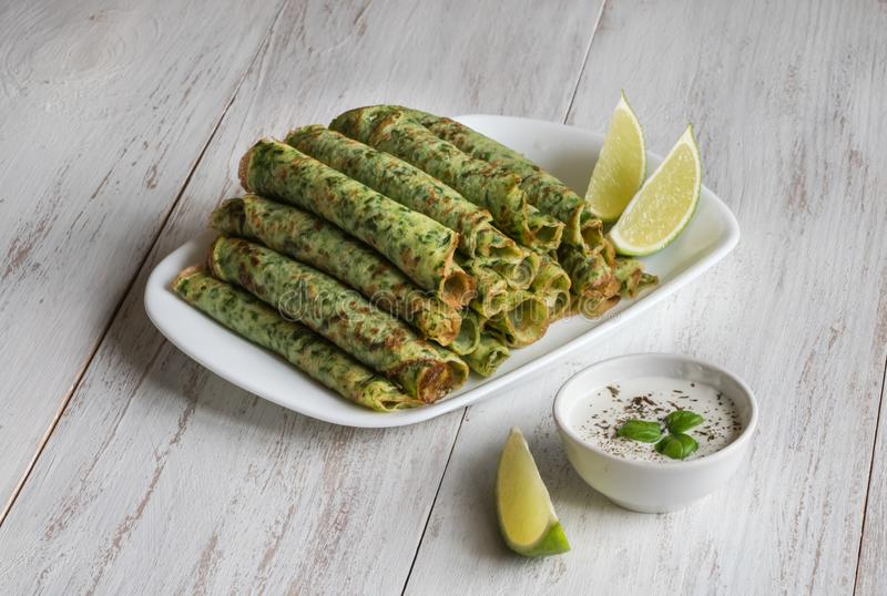 Rollos del verde de la crepe Crepes libres de la espinaca del gluten imagenes de archivo