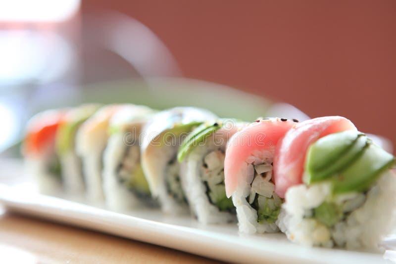 Rollos japoneses de la mezcla con los pescados de la fila imagen de archivo libre de regalías