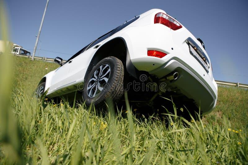 Rollover układu kraksa samochodowa Biel Rozbijający samochód w Halnym Drogowym przykopie w Kalifornia, usa wypadkowa kraksa samoc zdjęcie stock