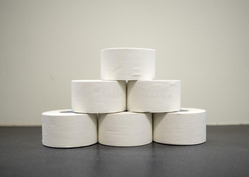 Rolls белой ленты окиси цинка атлетической в куче стоковое изображение