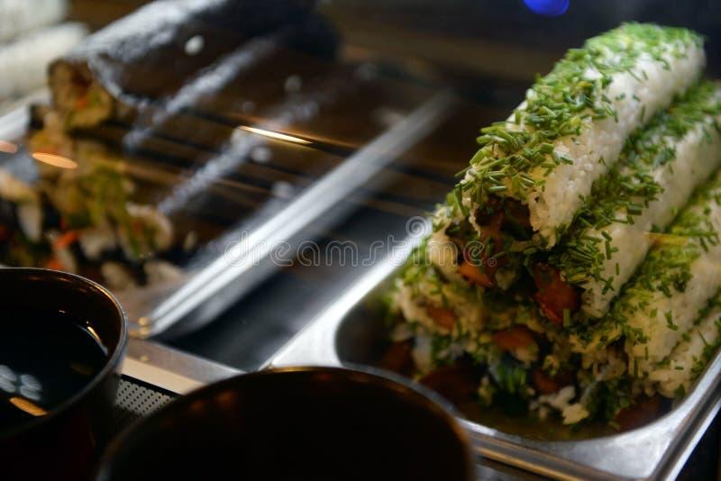 Rolls в окне в баре суш традиционное еды японское стоковая фотография rf