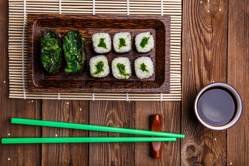 Rolls, зеленые палочки на салфетке стоковые фото