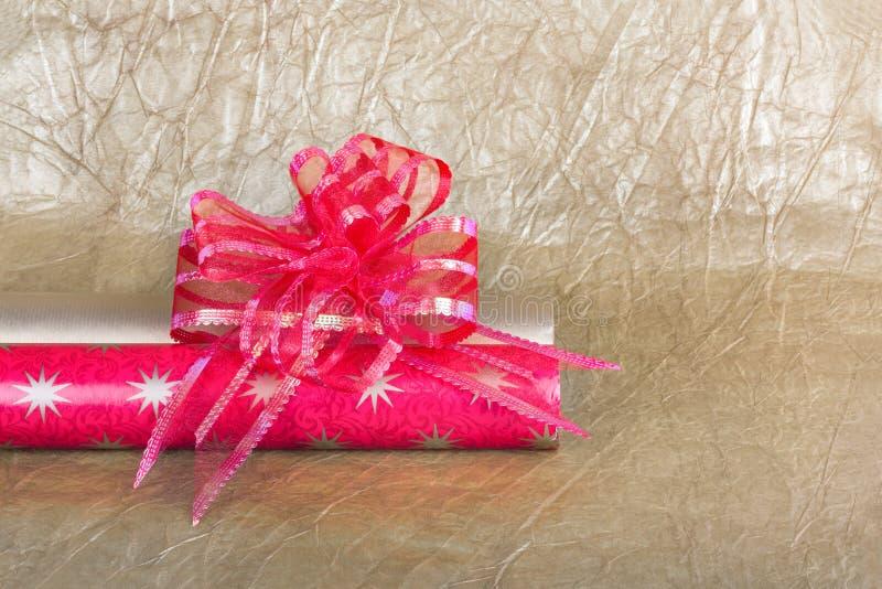 Rolls пестротканой упаковочной бумаги с смычком для подарков стоковые изображения rf