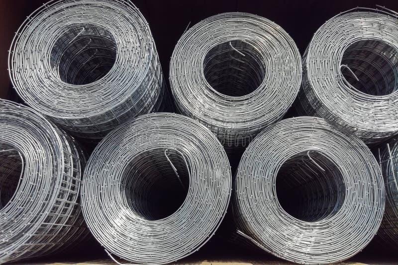 Rolls пользы решетки утюга для усиливают конкретное в строительной площадке Сетка металла в кренах стоковые изображения rf