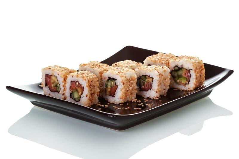 Rolls при морепродукты, обвалянные в сухарях в семенах сезама на первоначально плите изолированной на белизне стоковое изображение
