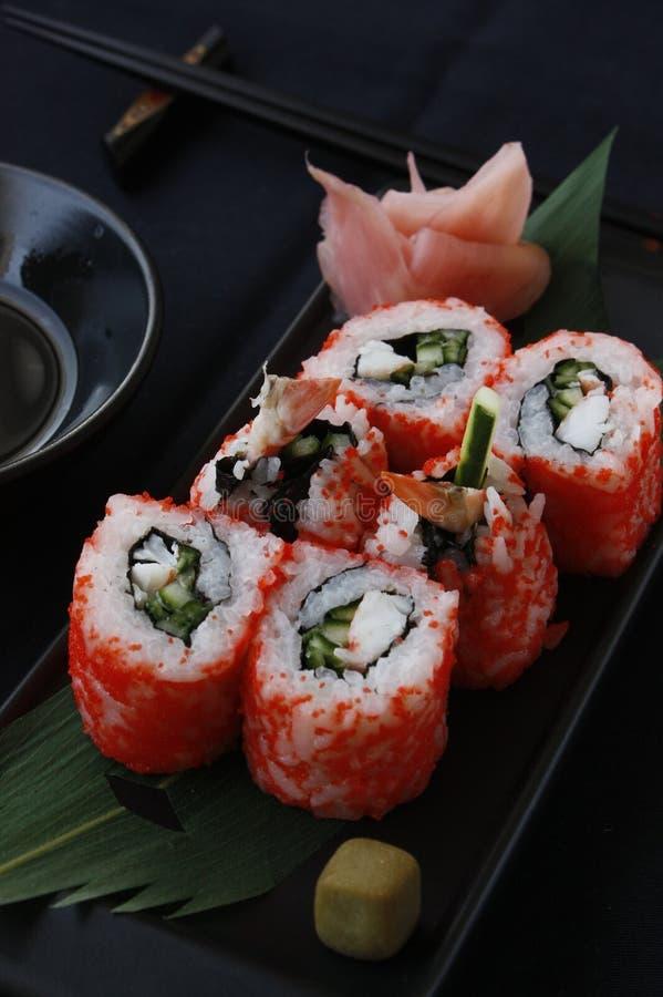 Rolls суш uramaki с seeweed nori риса и рыб в изысканном меню стоковые фотографии rf