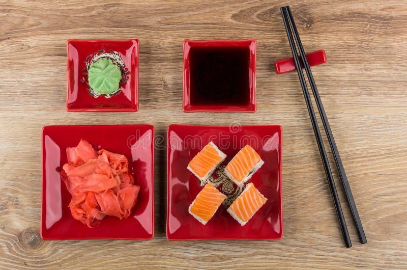 Rolls с семгами, wasabi, marinated имбирь, соевый соус и отбивные котлеты стоковое изображение
