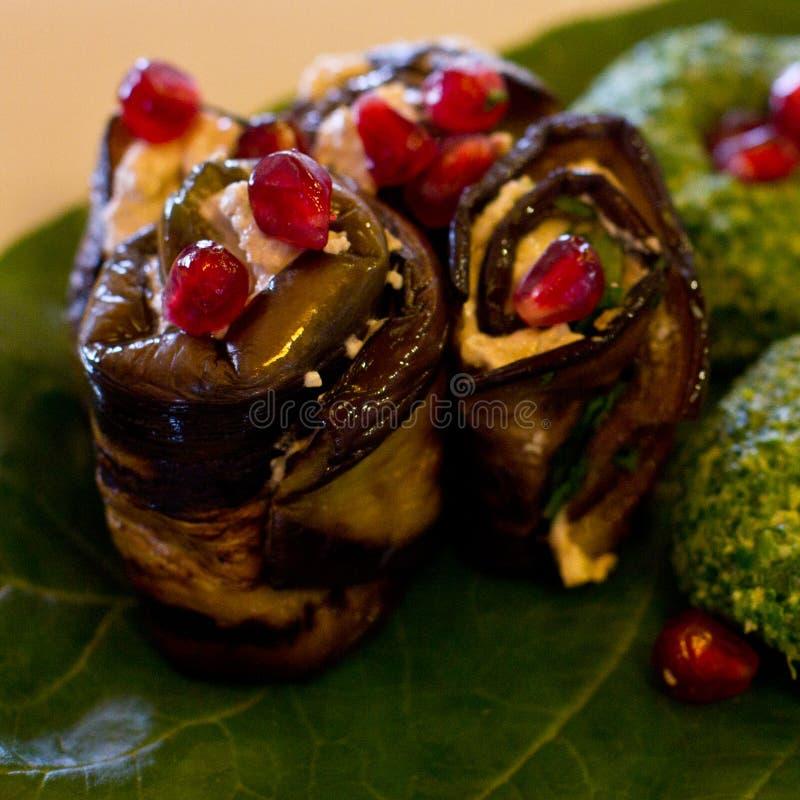 Rolls av aubergine med en fyllning av valnötter, georgiskt mellanmål arkivbild