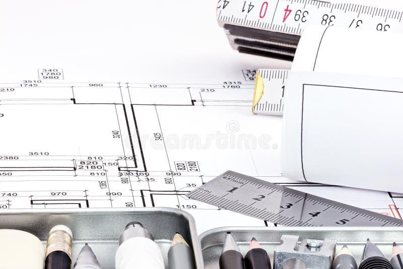 Rolls av den arkitektoniska ritningen med teckningshjälpmedel fotografering för bildbyråer