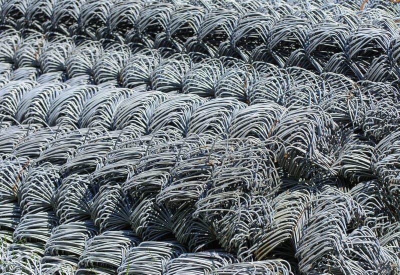 Rolls av det galvaniserade ståltrådingreppet med en stor cell och twiste royaltyfria foton