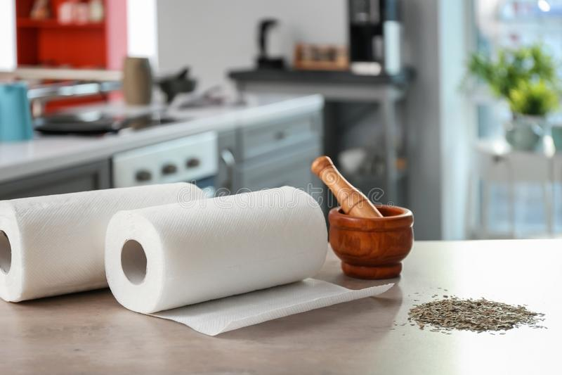 Rolls av pappers- handdukar, mortel och mortelstöten royaltyfri fotografi