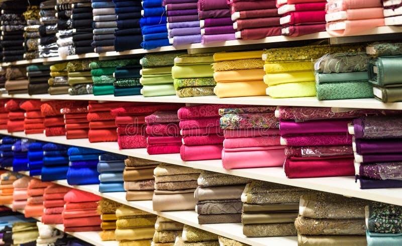Rolls av tyg och textiler i en fabrik shoppar eller lagrar royaltyfria foton