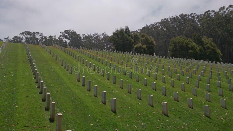 Rolls av vit marmorerar gravstenar i en kyrkogård royaltyfri fotografi
