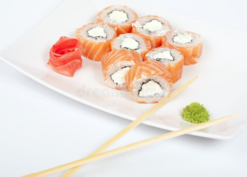Rolls avec des saumons sur un blanc images stock