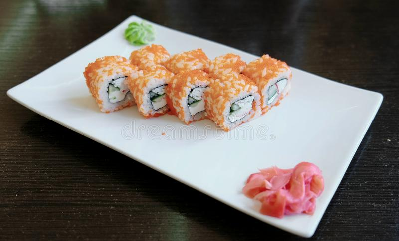 Rolls avec le caviar avec du gingembre mariné et wasabi d'un plat rectangulaire blanc images stock