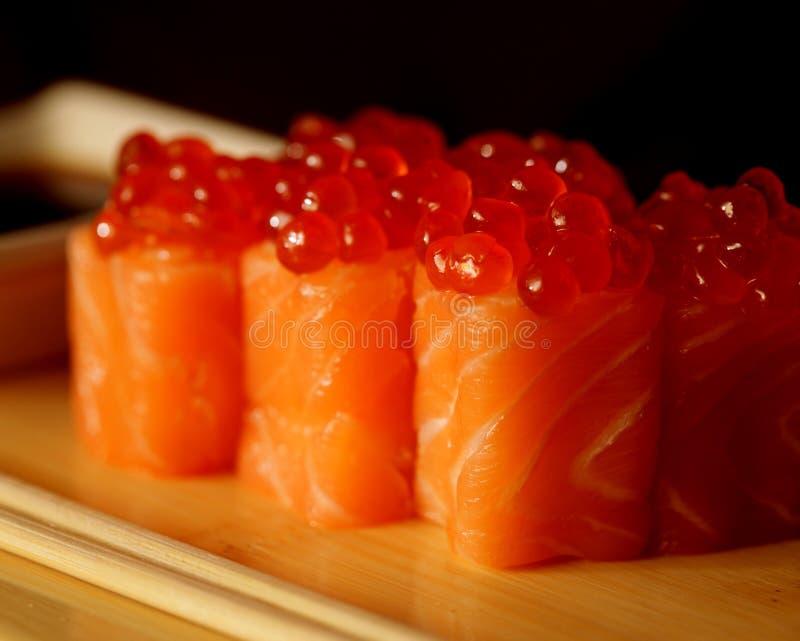 Rolls avec le caviar saumoné et rouge images stock