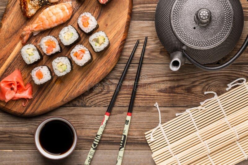 Rolls com molho e hashis, alimento tradicional japonês imagens de stock