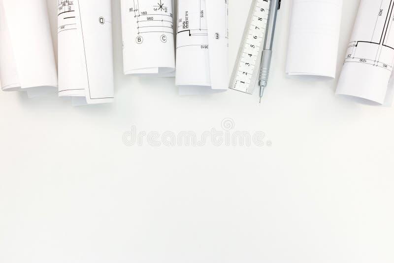 Rolls com planos arquitetónicos, lápis do mecânico e régua no whi foto de stock royalty free