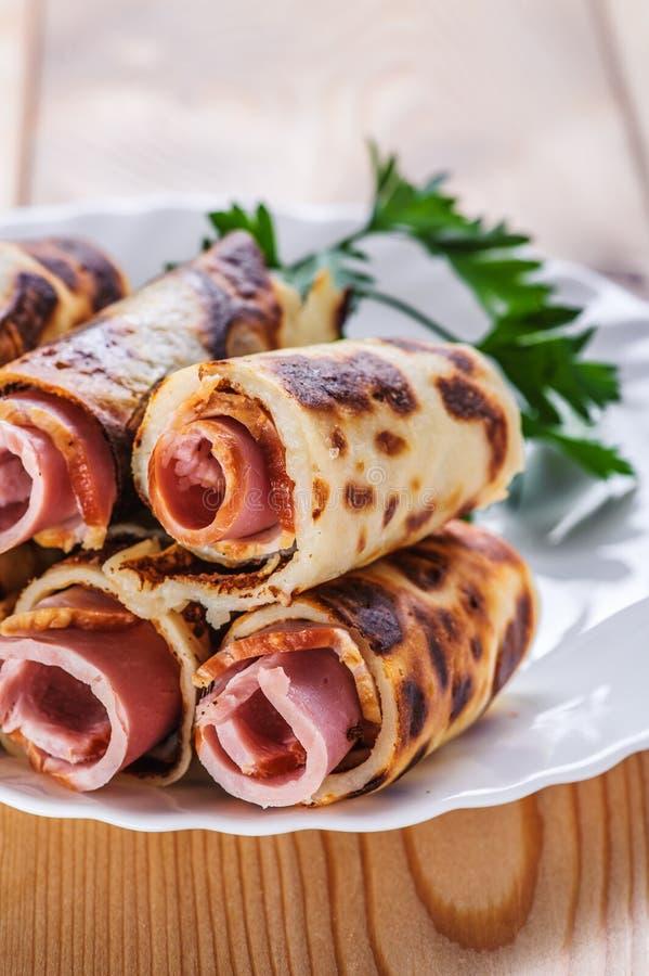 Rolls com presunto (bacon, salsicha) imagens de stock royalty free