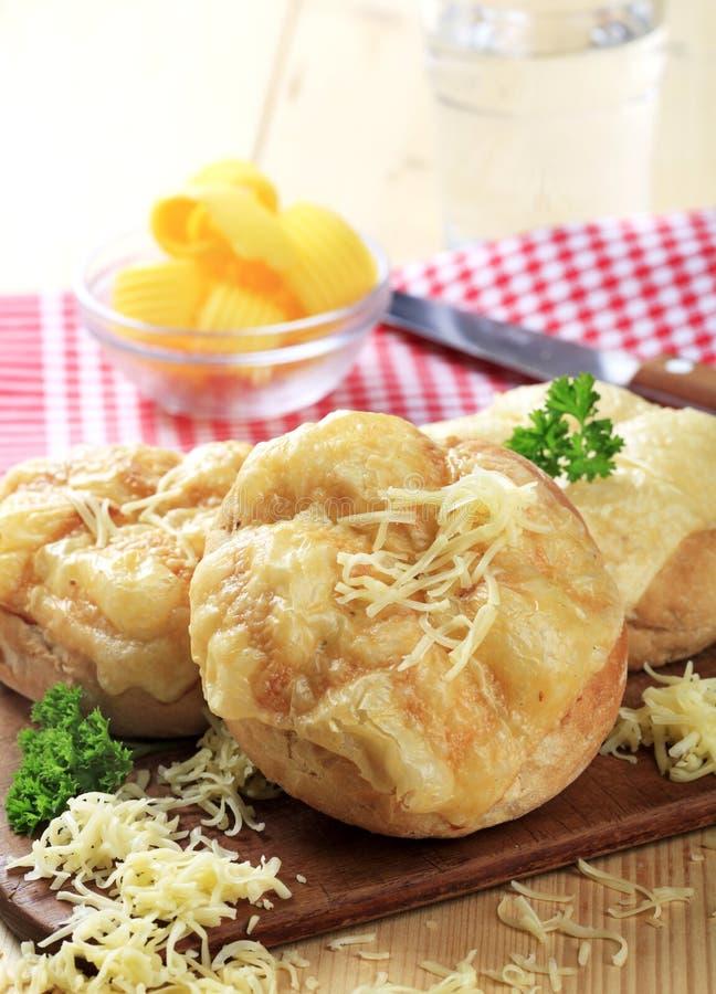 Rolls com queijo derretido na parte superior imagem de stock