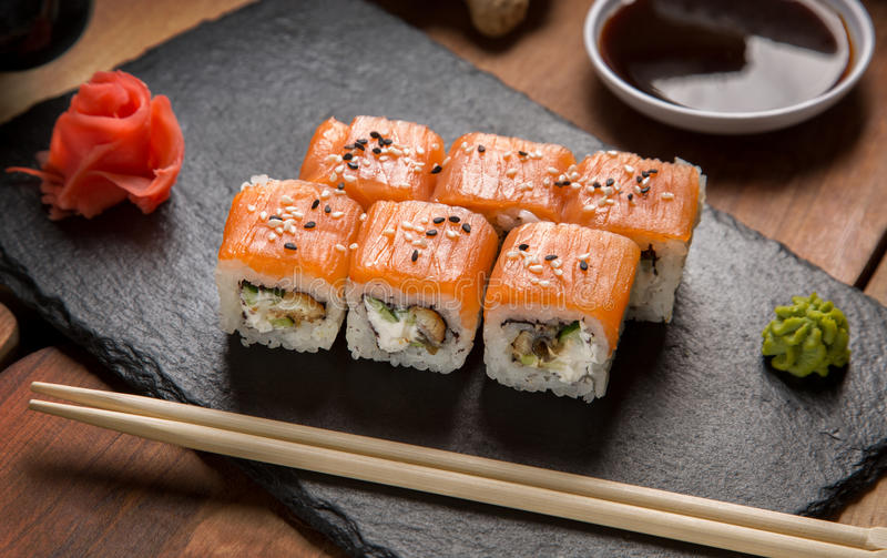 Rolls con il salmone con lo zenzero ed il wasabi immagini stock libere da diritti