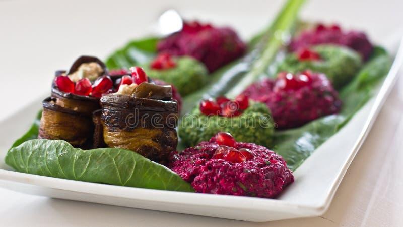 Rolls d'aubergine avec un remplissage des noix, casse-croûte géorgien images stock