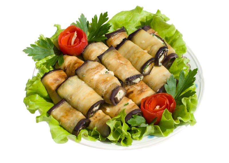 Rolls da beringela nas folhas da salada fotografia de stock royalty free
