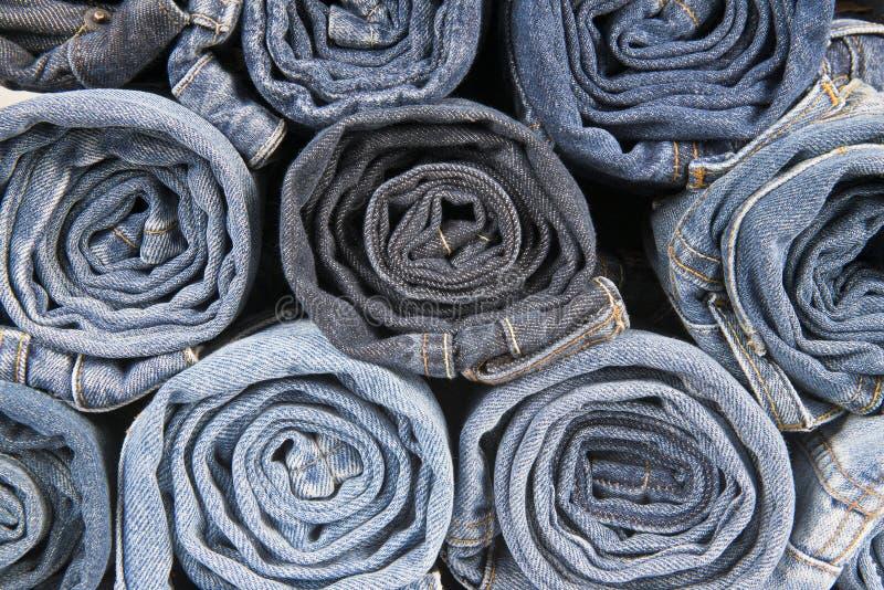 Rolls da calças de ganga vestida diferente empilhada fotografia de stock