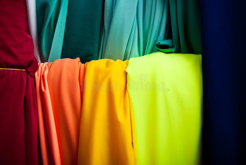 Rolls da matéria têxtil, do pano e do tecido de várias cores no mercado foto de stock royalty free