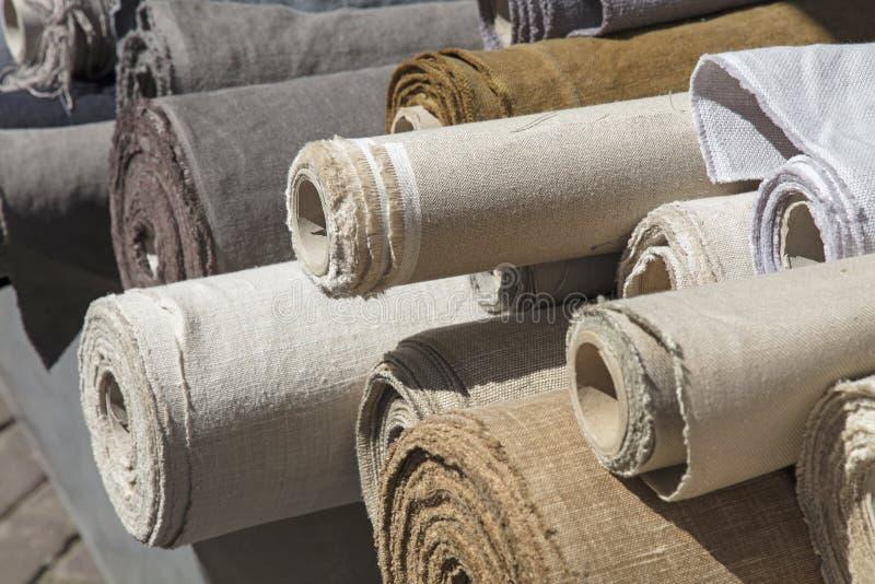 Rolls da matéria têxtil da lona de linho na tenda do mercado fotografia de stock royalty free