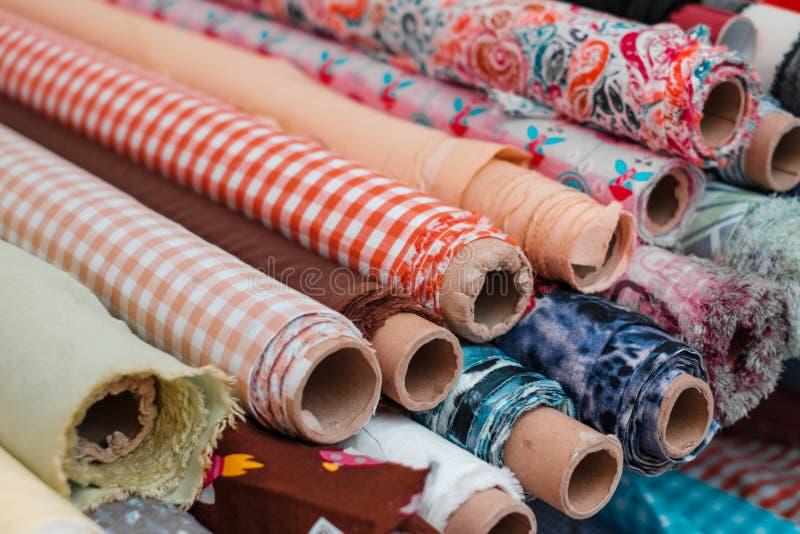 Rolls das telas e das matérias têxteis Conceito da costura e da indústria da moda fotos de stock