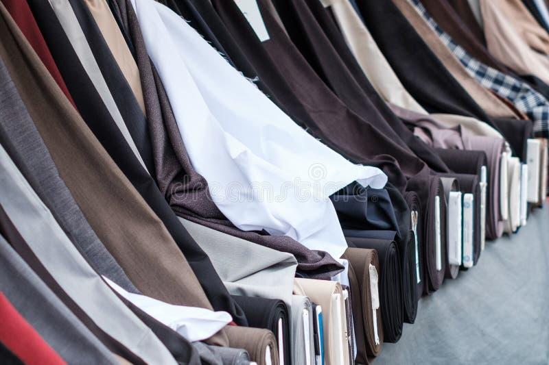 Rolls das telas e das matérias têxteis no suporte do mercado para a venda - mercado turco, Berlim foto de stock