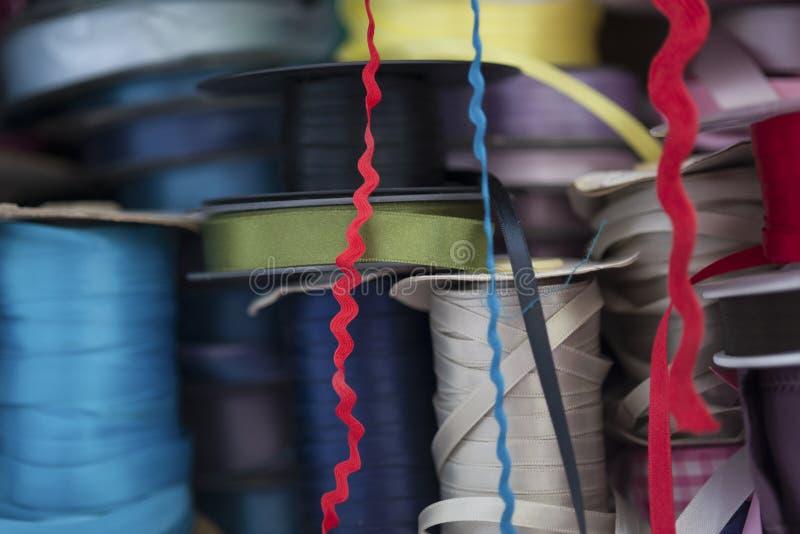 Rolls de costurar fitas do cetim de várias cores fotografia de stock