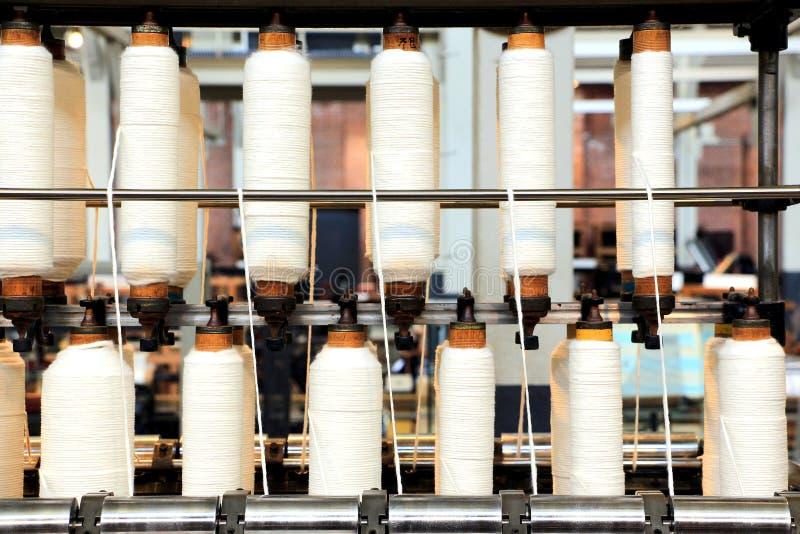 Rolls de coton tourné dans une usine de textile photographie stock